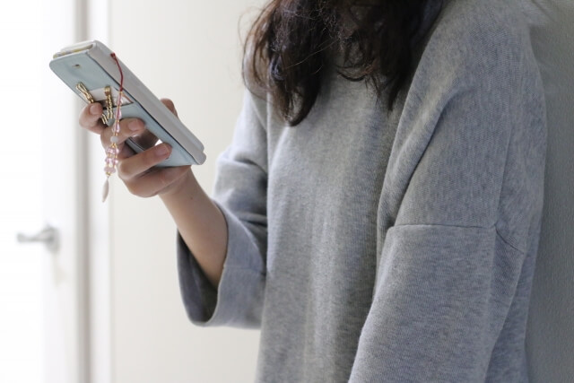 電話占いを利用している女性